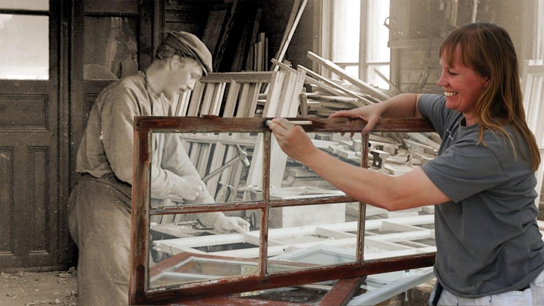 Fotomontage med ett äldre foto med en man tillverkande ett fönster i sin verkstad och ett nyare foto med en kvinna som renoverar ett gammalt fönster