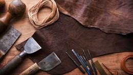 Läder och verktyg på ett bord
